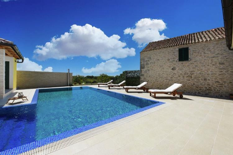 VakantiehuisKroatië - Kvarner: Beautiful Villa Petra with Summer Kitchen and Pool  [7]