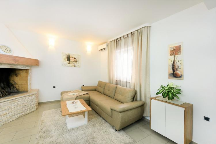 VakantiehuisKroatië - Kvarner: Beautiful Villa Petra with Summer Kitchen and Pool  [9]