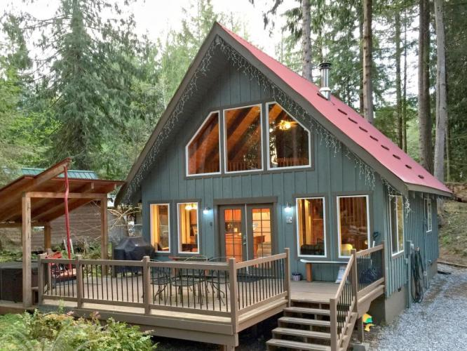 99MBR Woodsy Cabin w/ Hot Tub